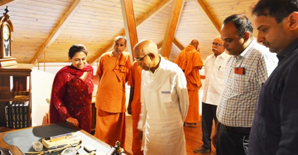 Shri Siddeshwar Swamiji Visits KLE Centenary Museum